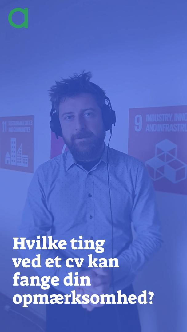 """Billede af Frederik van Deurs med hovedtelefoner bag teksten """"Hvilke ting ved et CV kan fange din opmærksomhed?"""""""