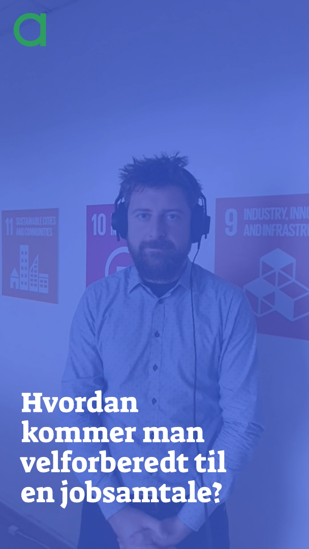 """Billede af Frederik van Deurs der står med høretelefoner bag ved teksten """"Hvordan kommer man velforberedt til en jobsamtale?"""""""