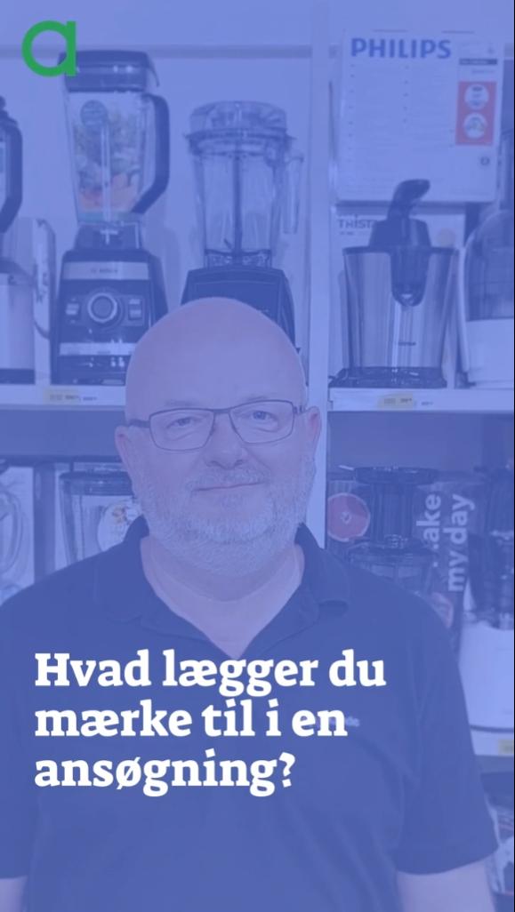 Jørgen Jensen står foran en hylde med elektronikudstyr og foran ham er teksten: Hvad lægger du mærke til i en ansøgning?