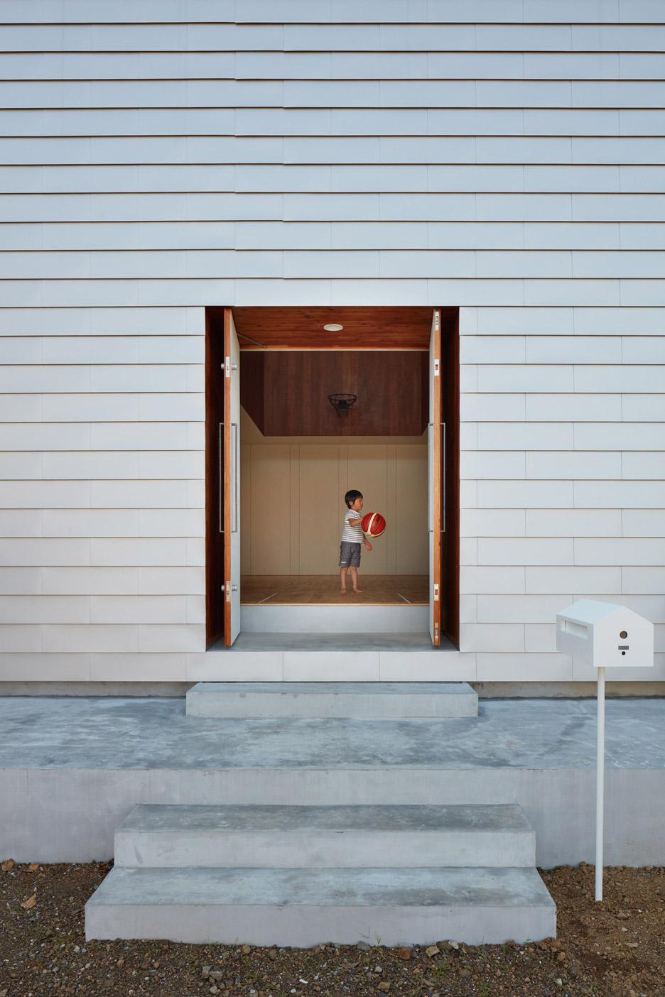 Basketball Court House by Koizumi Sekkei