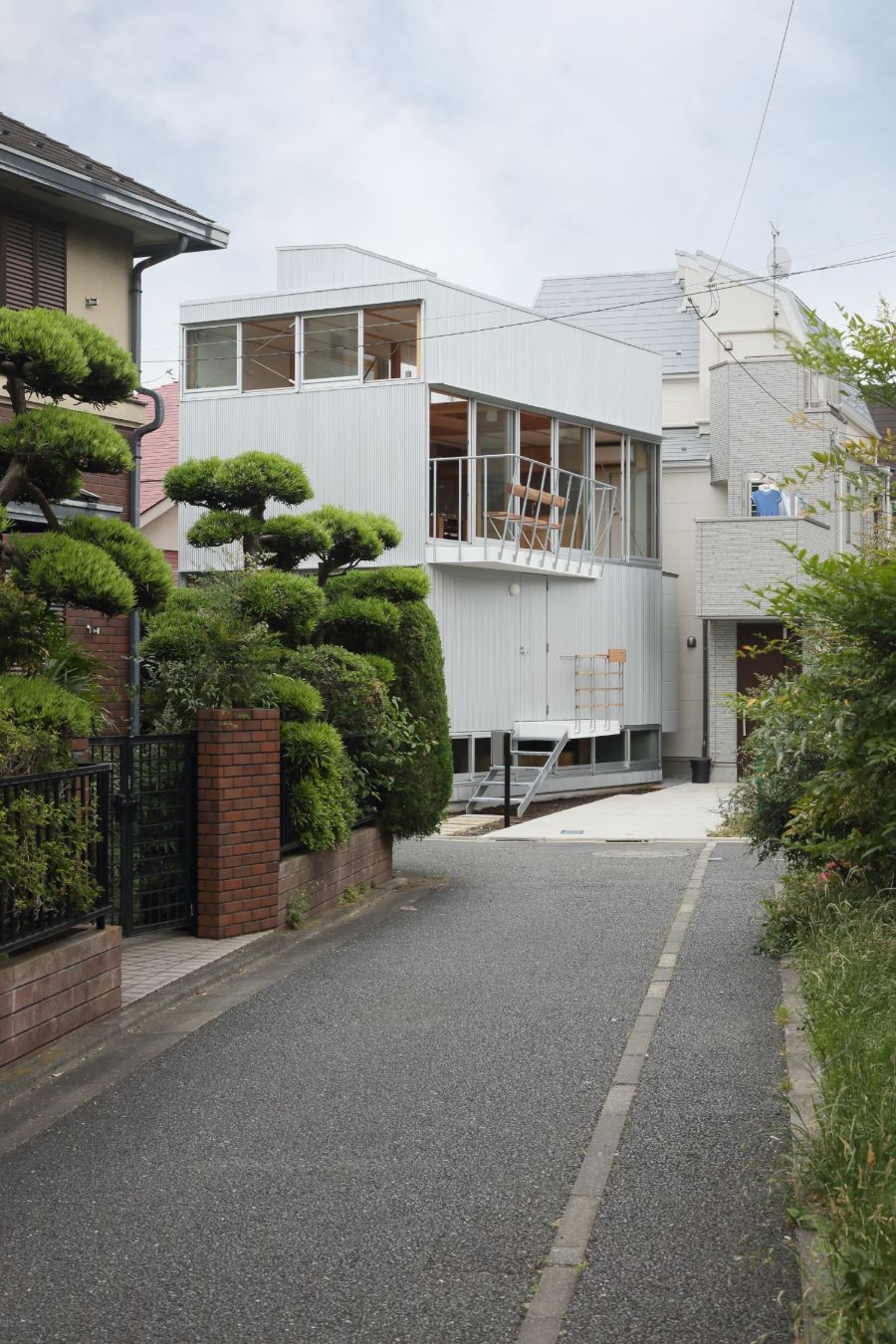 House in Kamikeindai by Tsubame Architects
