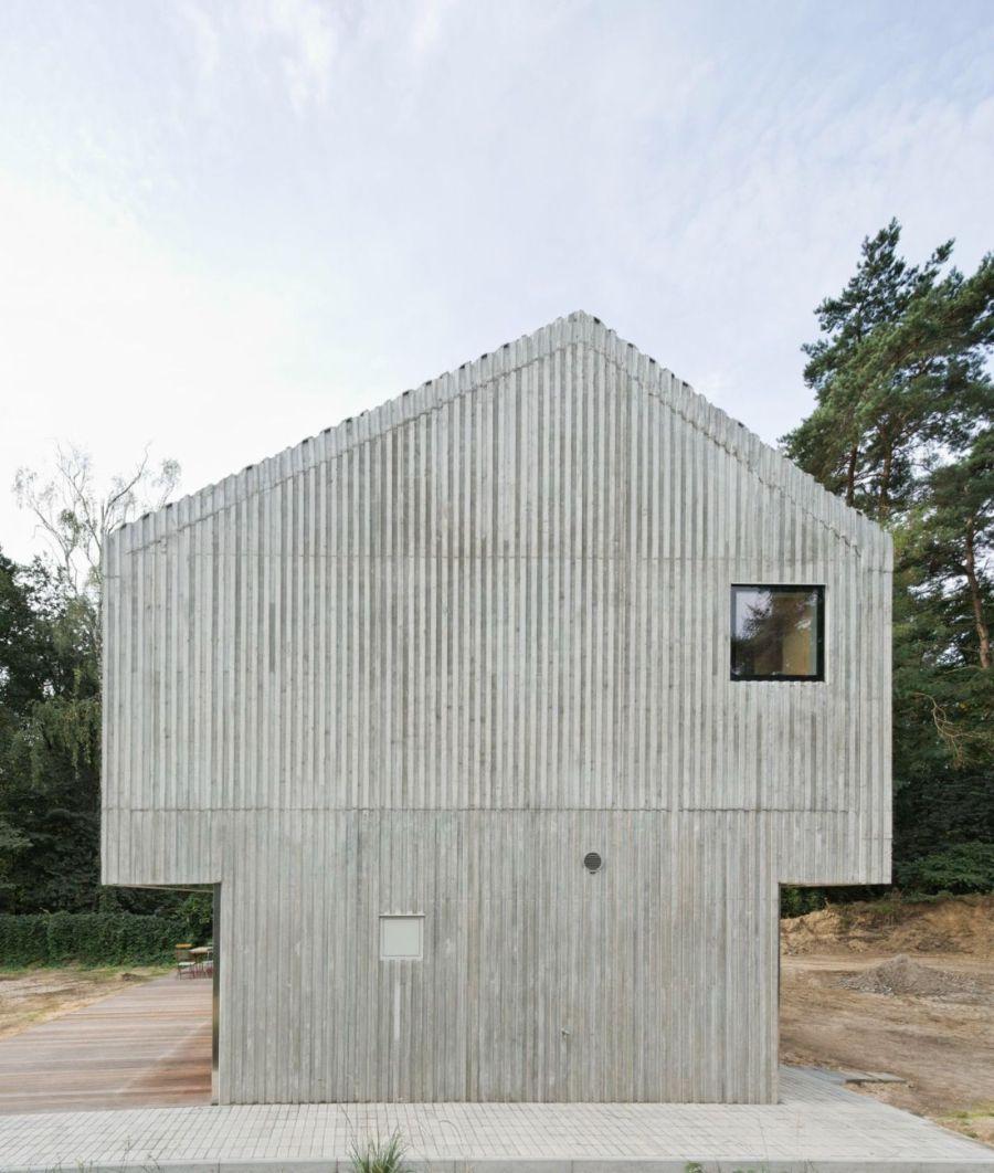 Sarrow Strand House by Augustin und Frank Architekten