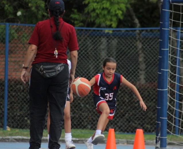 Niña de primaria en entrenamiento de baloncesto