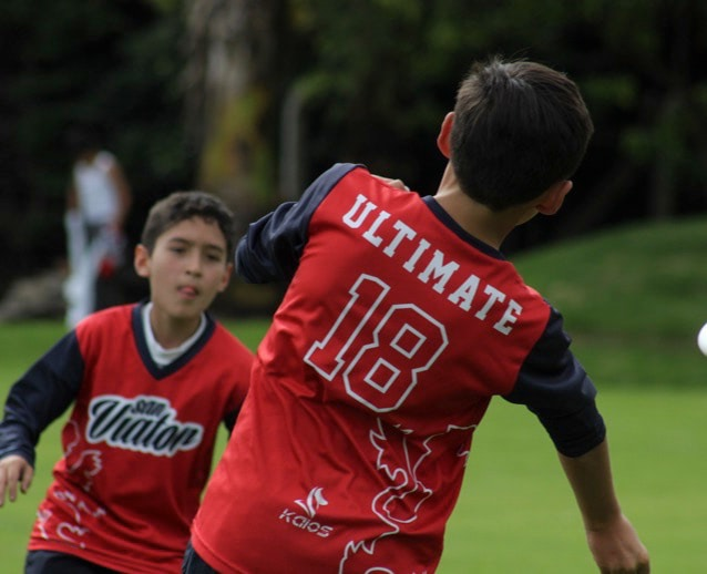 Niños de primaria entrenado ultimate