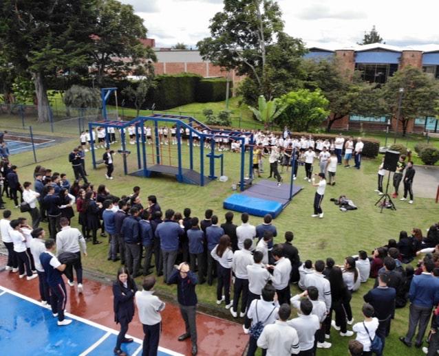 Estudiantes de bacillerato haciendo gimansia