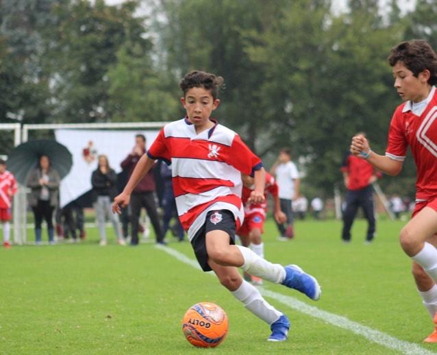 partido de futbol de estudiantes de primaria