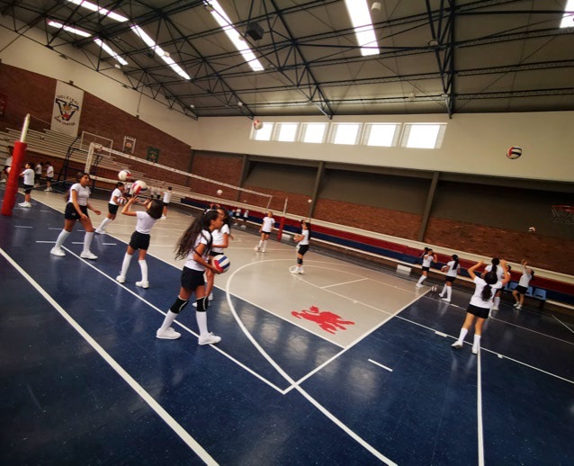 Estudiantes en entrenamiento de voleibol