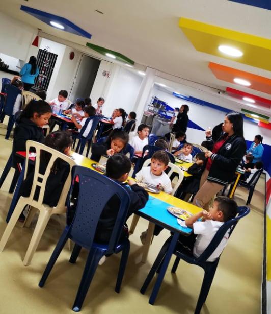 Estudiantes de preescolar en su comedor