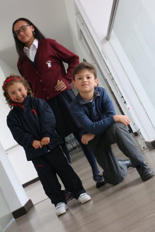 Estudiantes con uniforme del colegio