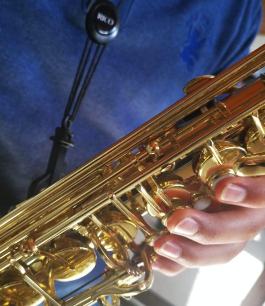 Niño tocando saxofon