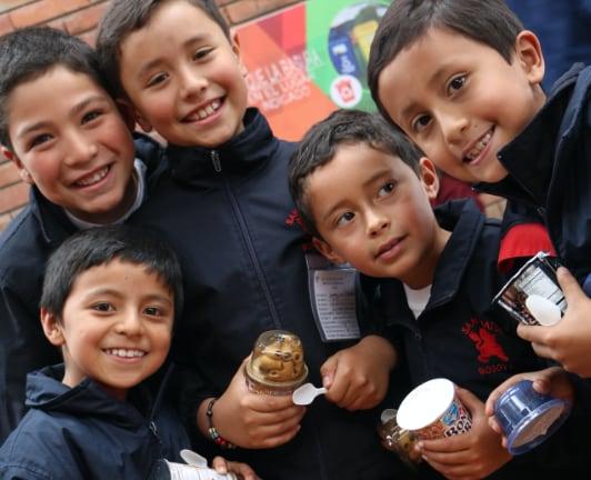 Grupo de niños con su refigerio