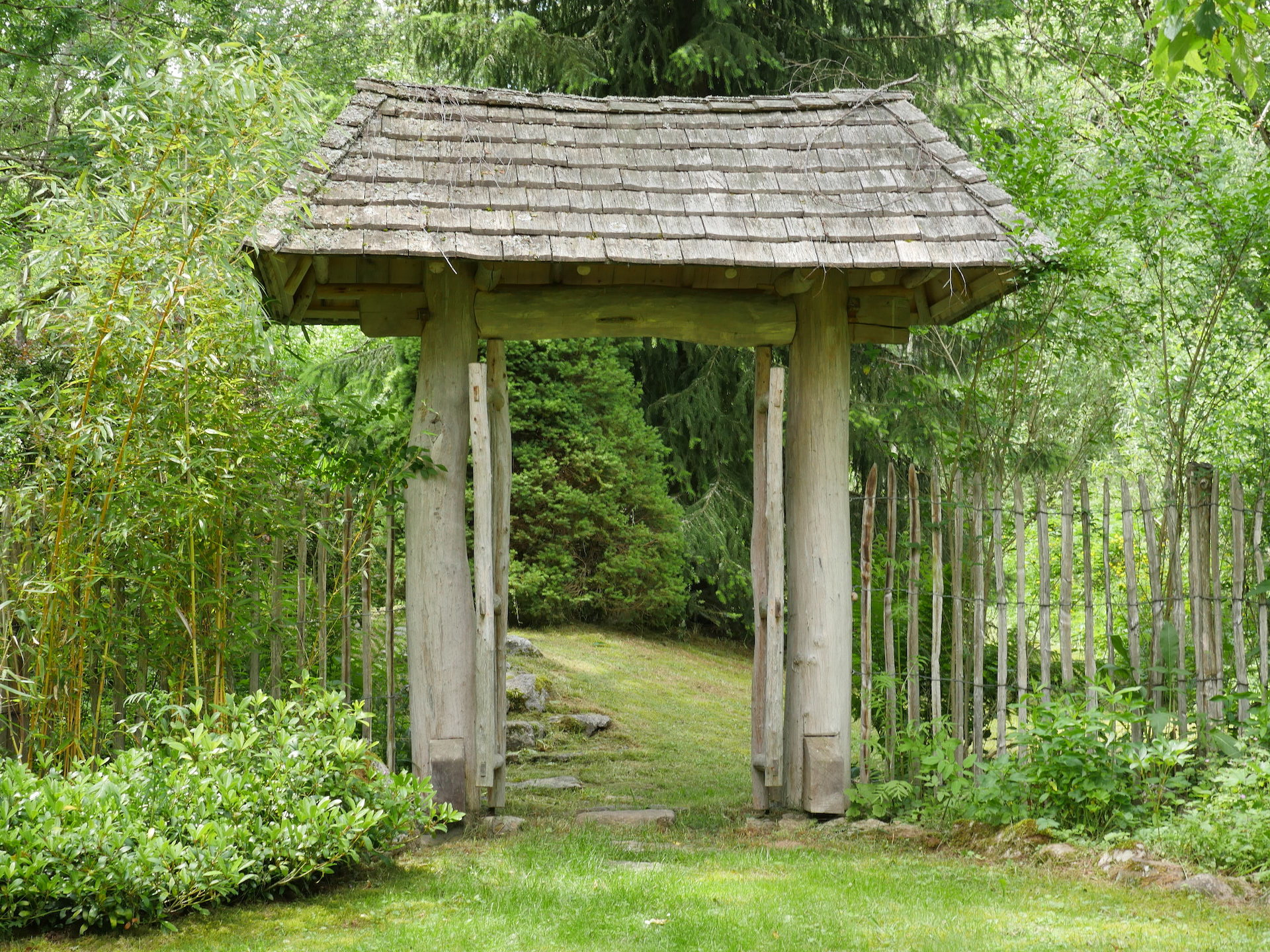 zen zazen meditation johanneshof hotzenhaus dharma sangha baker roshi buddhismus garten tori japanisches Tor