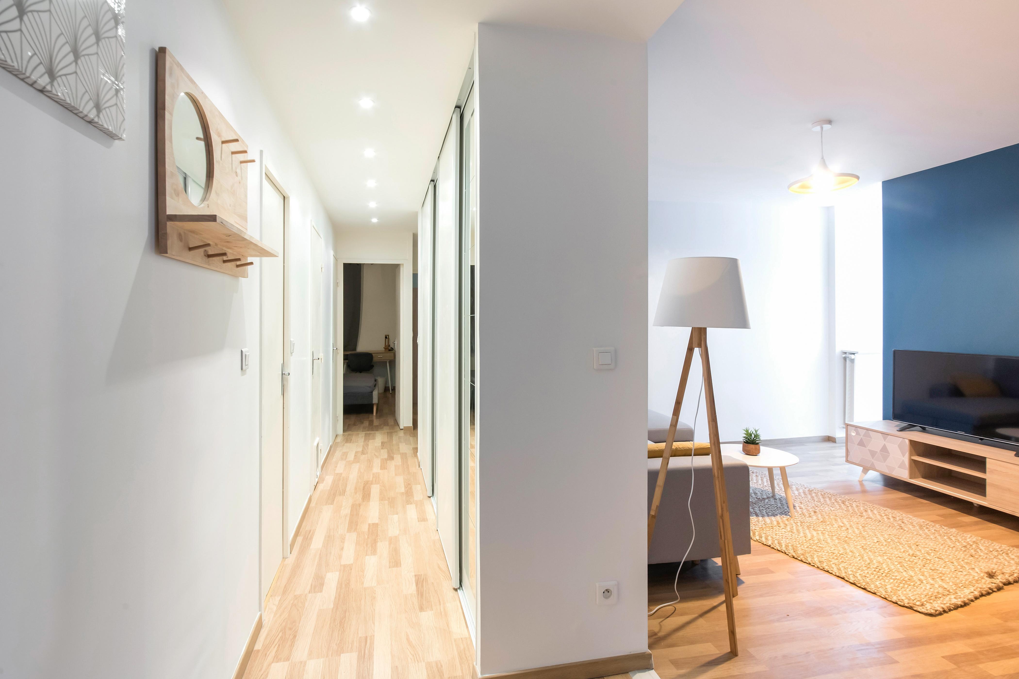 L'idée en colocation est de maximiser le rendement locatif de chaque m2 tout en préservant le confort des occupants. Il faut pour cela trouver un juste milieu quant au ratio nombre de chambres par rapport à la surface des espaces communs. Un grand classique de l'investissement en colocation est de diviser, quand il y a assez de fenêtres et que l'espace est suffisant, le salon en deux pour créer une chambre de plus, et donc un loyer supplémentaire. C'est ce que nous avons fait ici. Rénovation et décoration signée Masteos.
