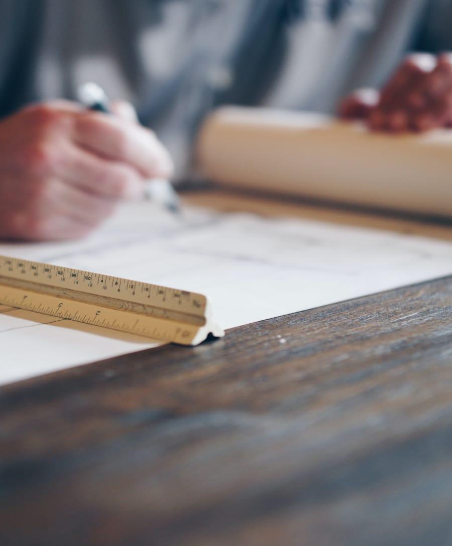 Homme avec un crayon dans la main sur une planche à dessin