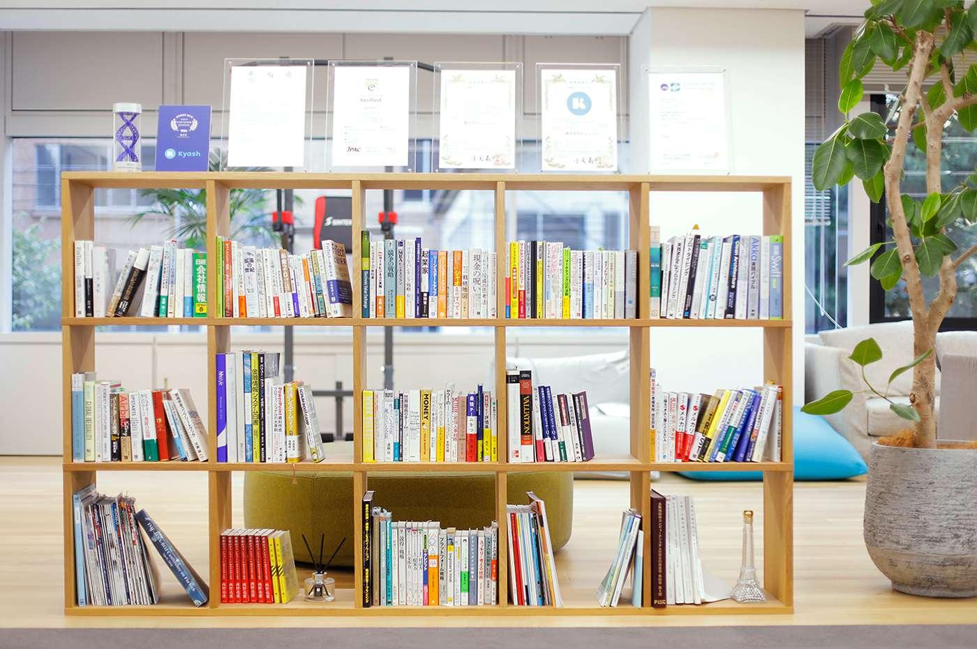 Kyashオフィス 本棚 技術書が並ぶ