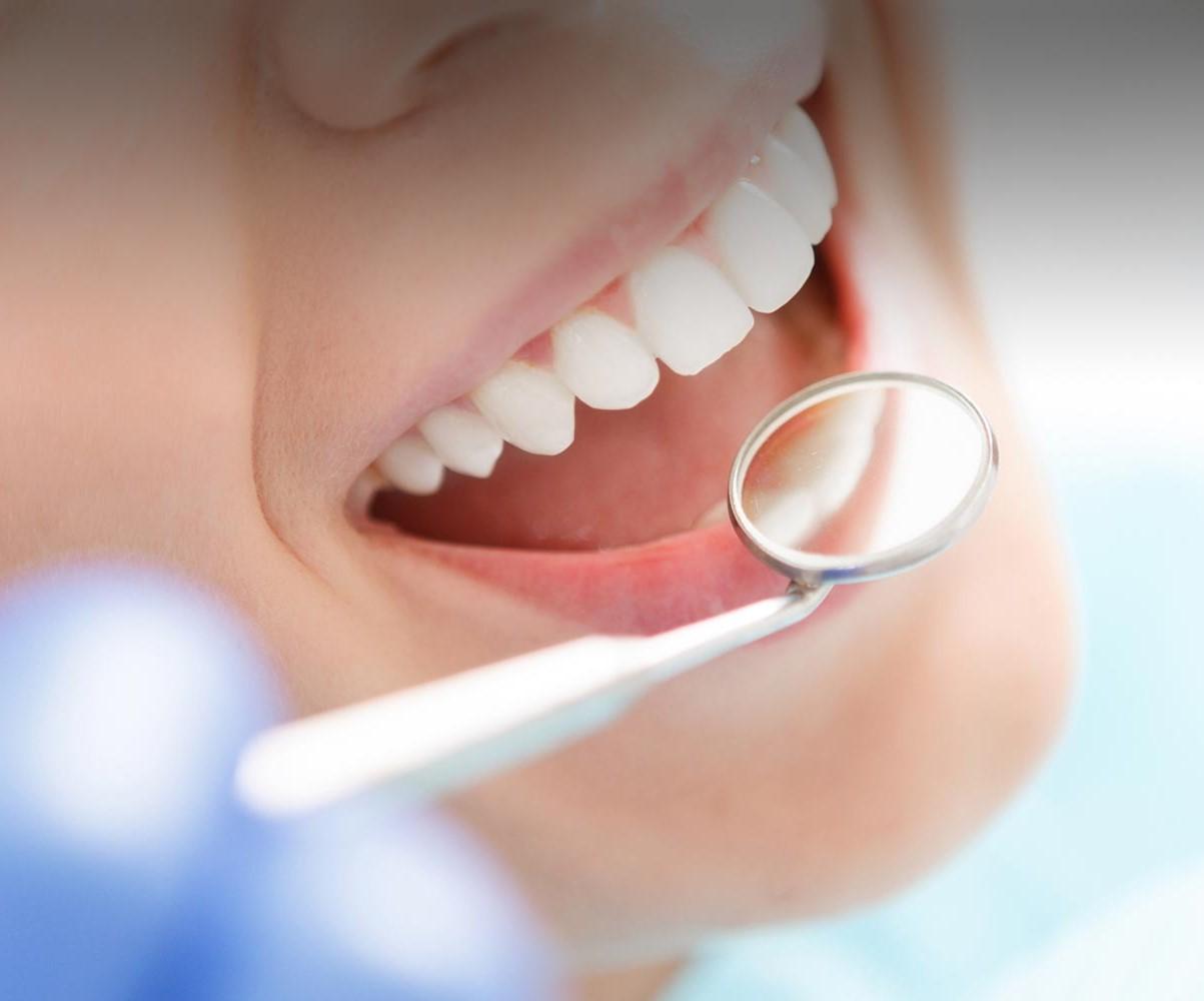 Patientin wird vom Zahnarzt untersucht