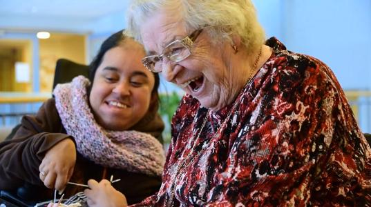 To smilende damer, en fin stund på sykehjem