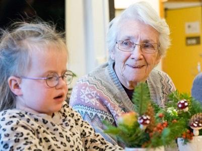 Trivelig møte mellom generasjoner på sykehjem