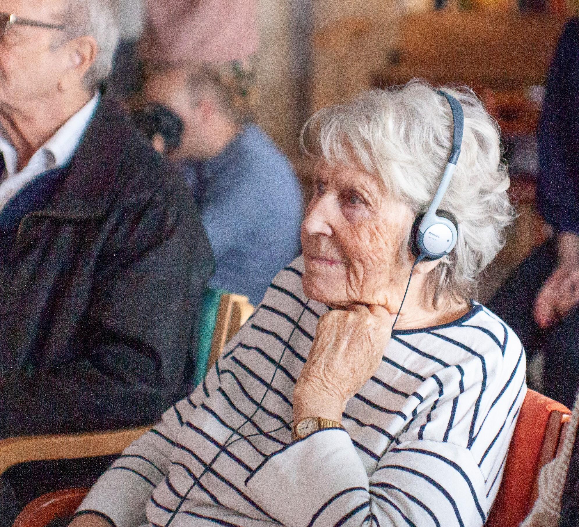 Eldre dame har en fin stund med Televindu
