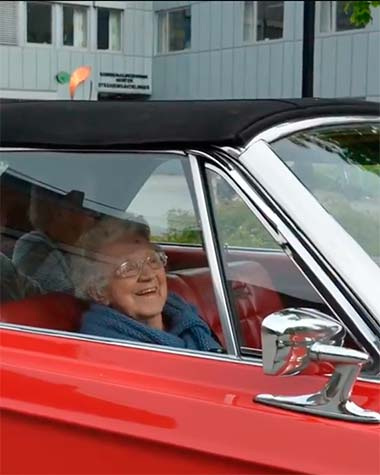 Eldre person i amcar-bil