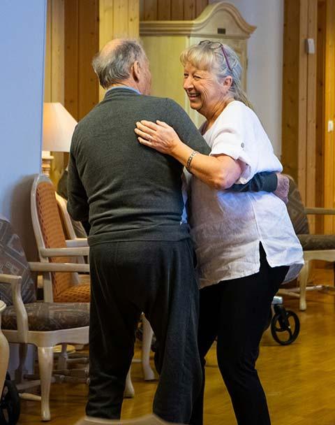 Eldre mann og dame danser sammen