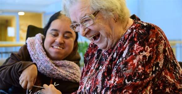 To damer ler sammen