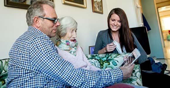 Familie bruker livshistorieverktøyet MinMemoria sammen