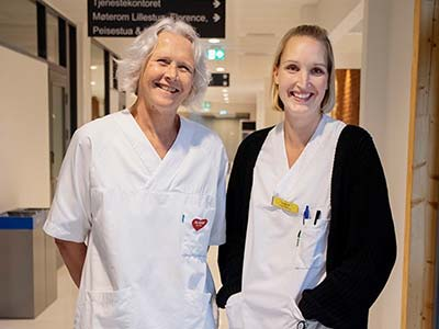 To smilende helsearbeidere