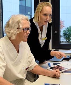 To helsearbeidere bruker datamaskin