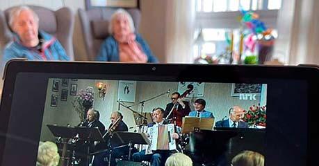 Eldre personer som ser på video med en med iPad