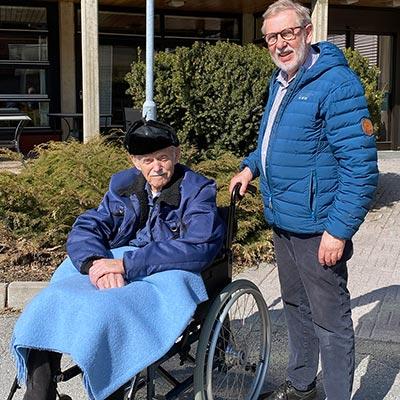 En mann i rullestol ved siden av en annen mann