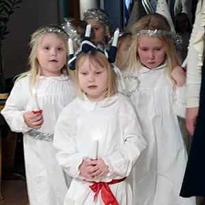 Fire jenter går i lucia-tog