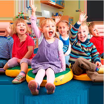 Barn sitter på gulvet og rekker opp hånden