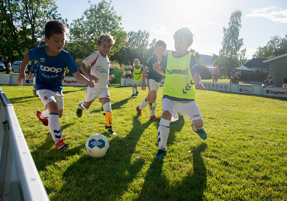 Ivrige barn som løper etter fotballen