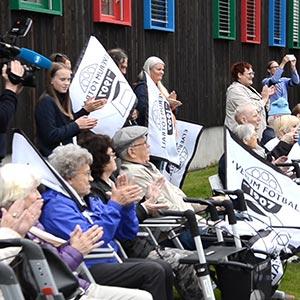 Ivrige tilskuere til fotballkamp utenfor sykehjemmet