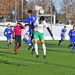 To fotballspillere hopper etter ballen