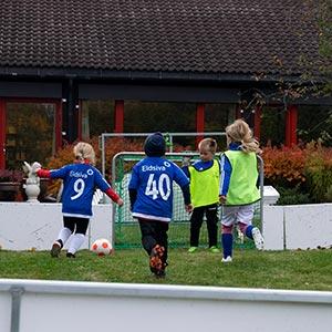 Barn spiller fotballkamp
