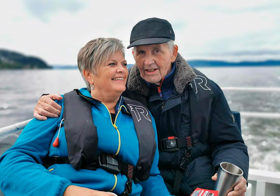 Eldre mann og kvinne hygger seg sammen på båttur