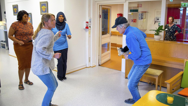 Helene Sandvig og Ralf danser, fra Helene sjekker inn-episoden Yngre med demens