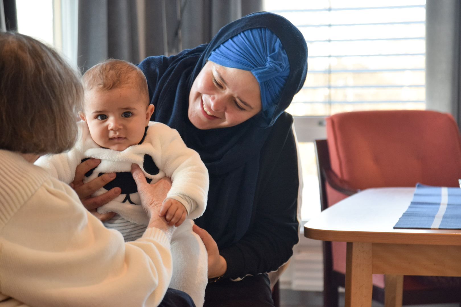 Dame overrekker baby til eldre kvinne på sykehjem
