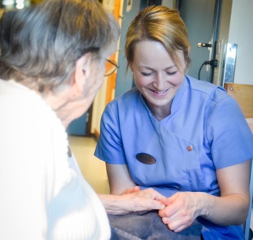 Apotek1 har ved flere anledninger bidratt med håndmassasje for beboere ved sykehjem.