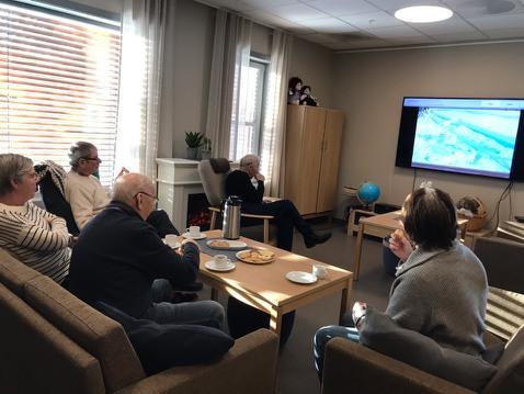 Brukere av aktivitetsstua bruker VilMer Digitale opplevelser på TV-skjermen.