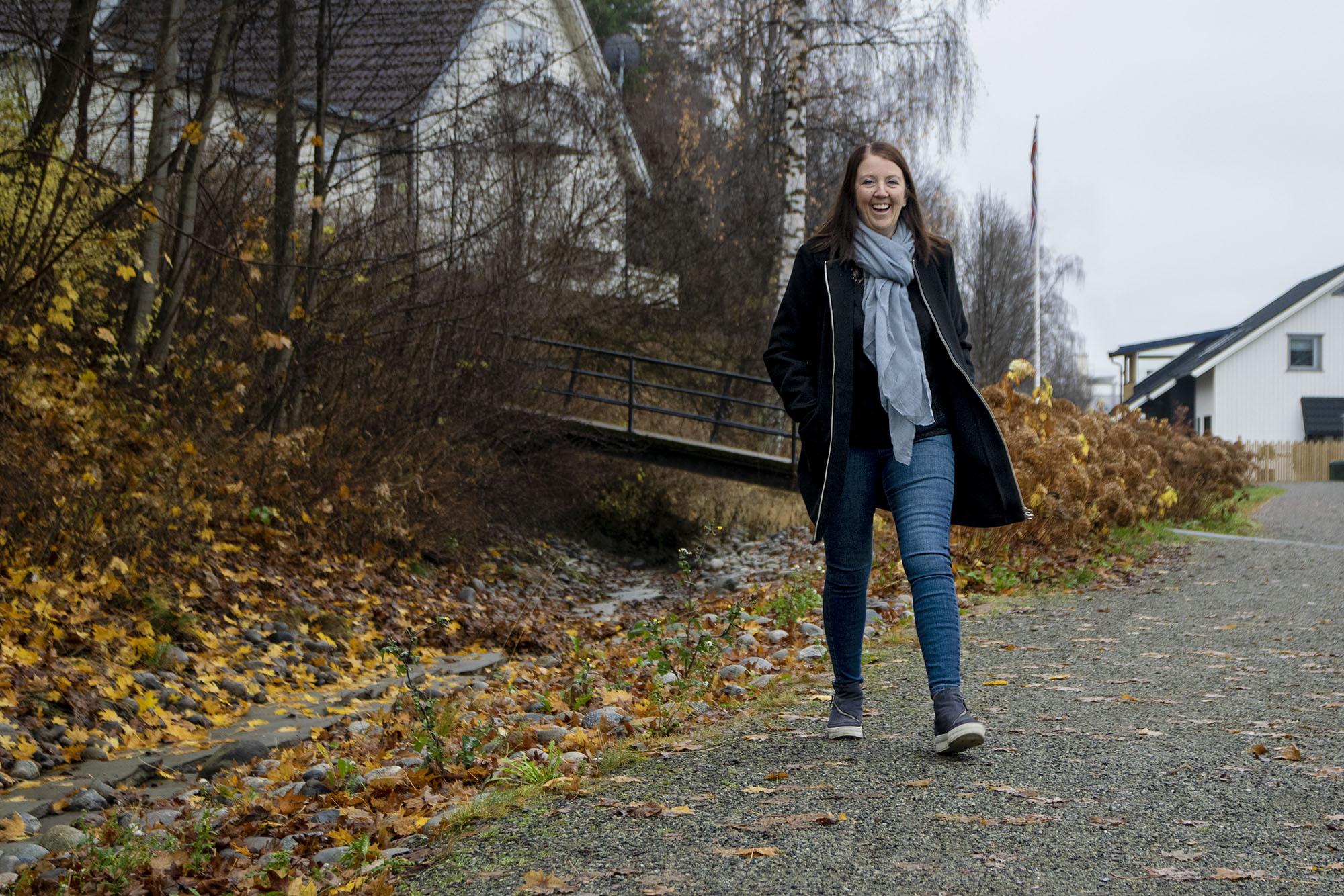 Therese smiler og går ute i gata