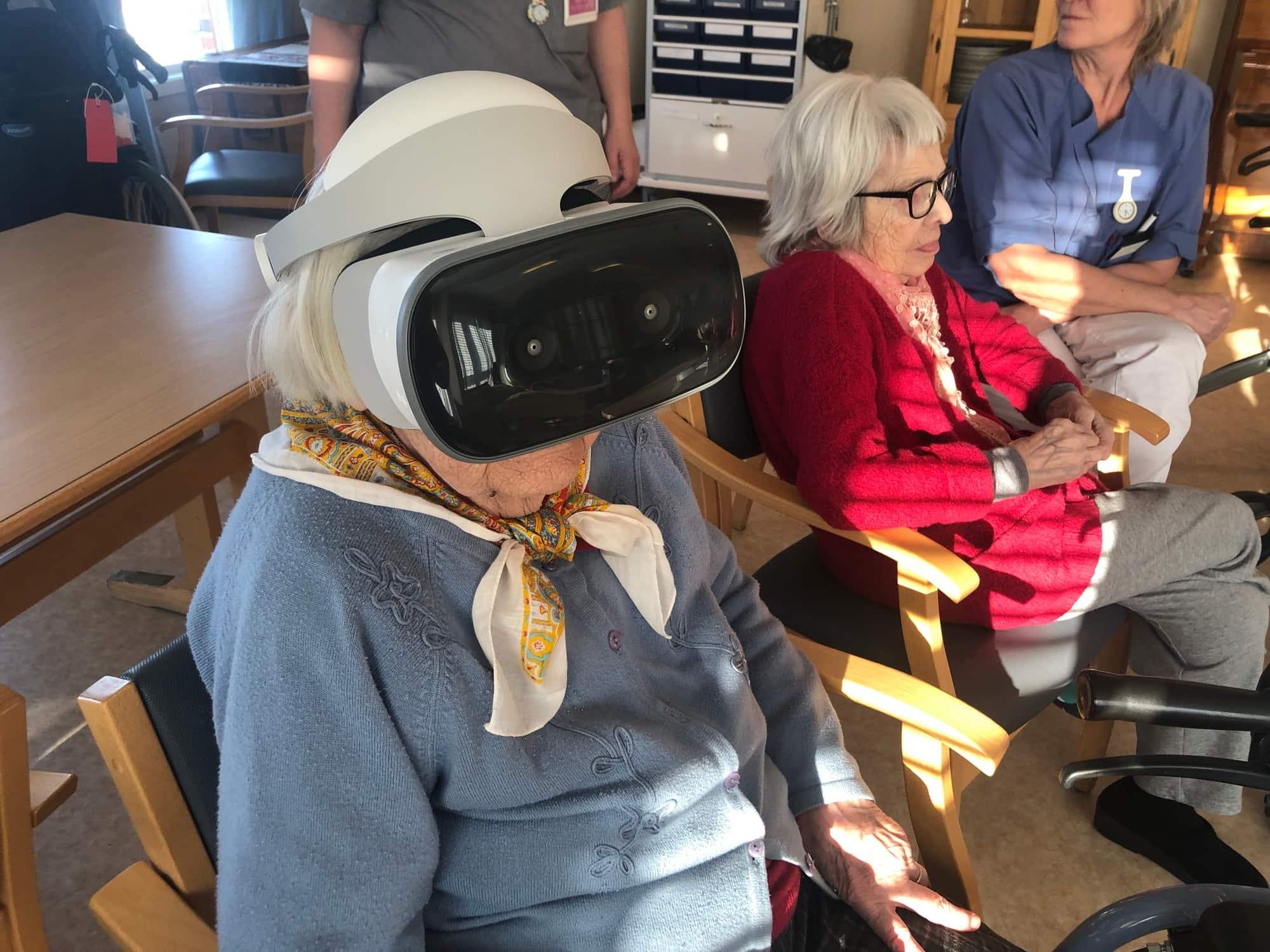 eldre dame bruker VR-briller