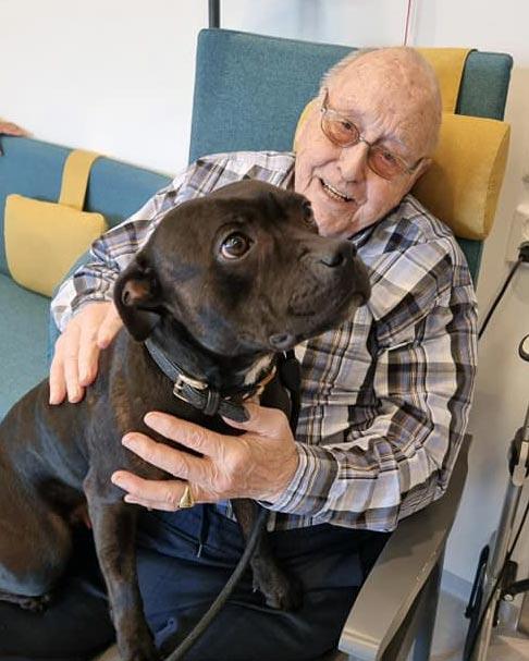 Beboerne på Helsehuset Elverum får besøk av Marianne Skaug og hunden