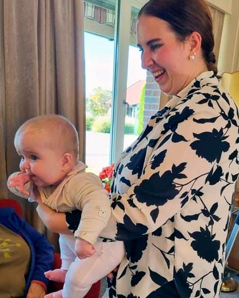 Heidi Snuggerud besøker alle på FSE Helgøya med baby