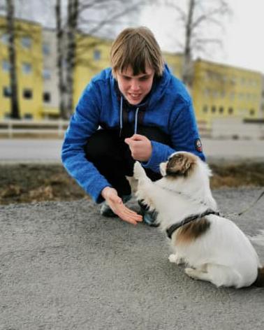 Roar Moe og hunden på nytt besøk hos Grøndalsbakken bofellesskap