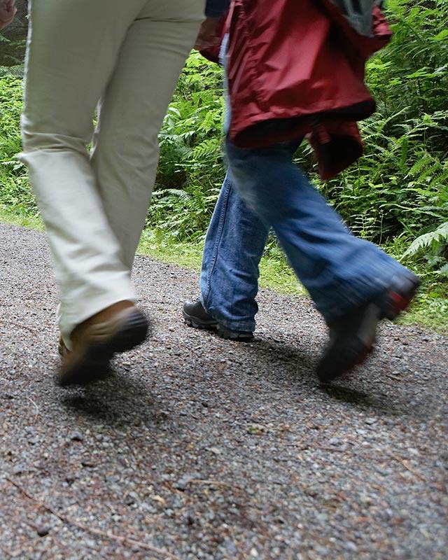 Sissel Urdahl på gåtur med en beboer fra Brumunddal sykehjem