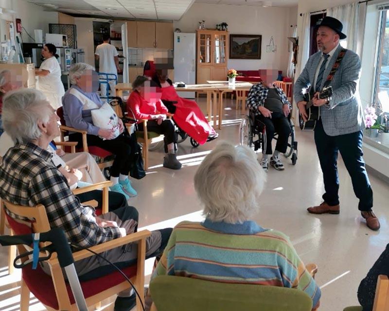 Bernt Torp synger og spiller på Brøttum sykehjem