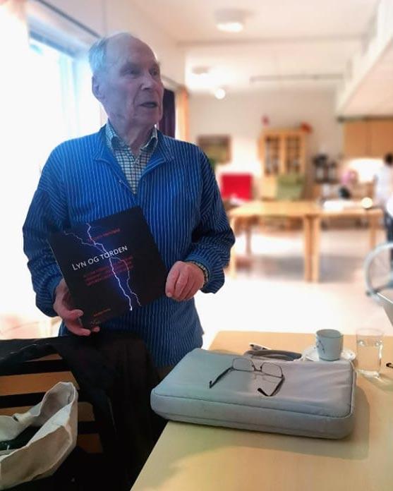 Torstein Hervland viser bilder fra lokalområdet for beboerne på Brøttum sykehjem